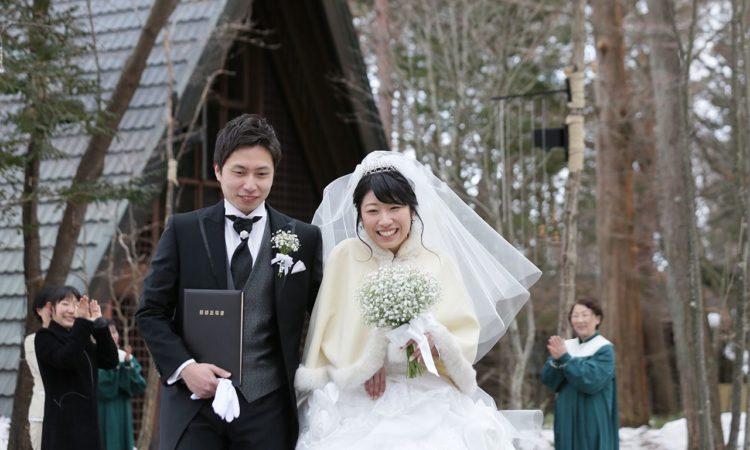 写真:神秘的で穏やかな雪景色の中、ふたりだけの挙式