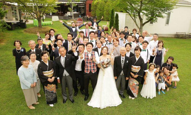 開放的なガーデンでホームパーティの延長のような結婚式