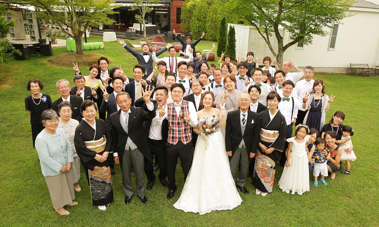 写真:開放的なガーデンでホームパーティの延長のような結婚式