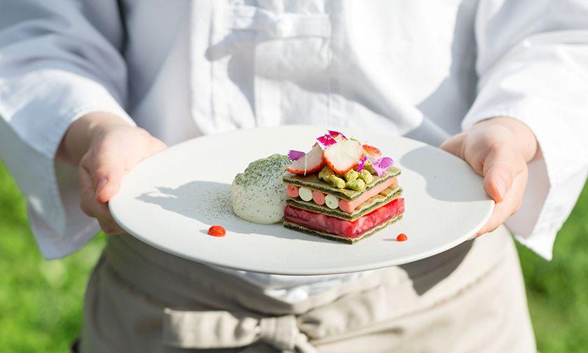 写真:フランス料理のフルコースのように苺のデザートを味わう、特別な週末