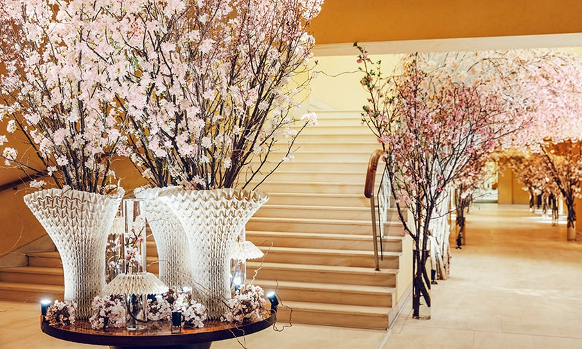 写真:ホテルに一歩入れば満開の桜
