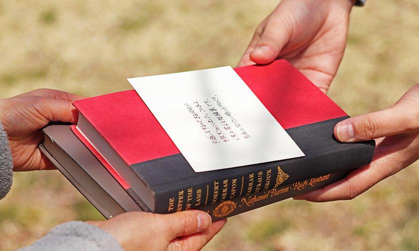 写真:「絵本の読み聞かせ会」と「本のリレー」