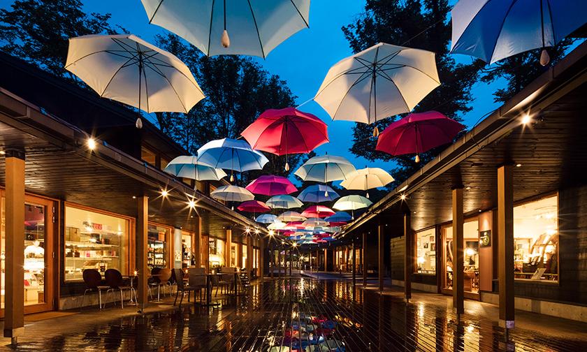 写真:幻想的な夜に「傘のライトアップ」
