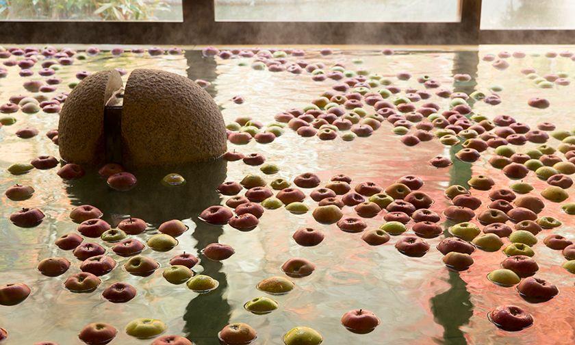 写真:心身ともにリラックス。りんごの香りに癒されて
