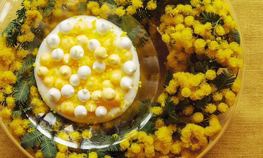 写真:ミモザ色のアシェット・デセール「ミモザの花束」