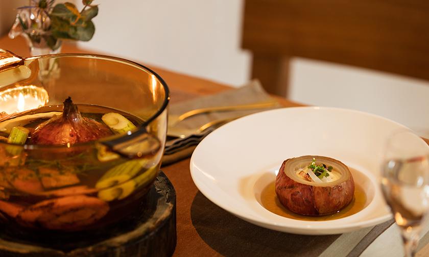 写真:心地良い空腹へと誘う、スープだけのシンプルな夕食