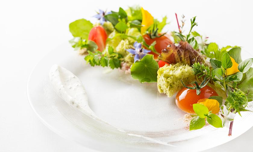 写真:朝食は、花畑のように美しいハーブのサンドイッチ