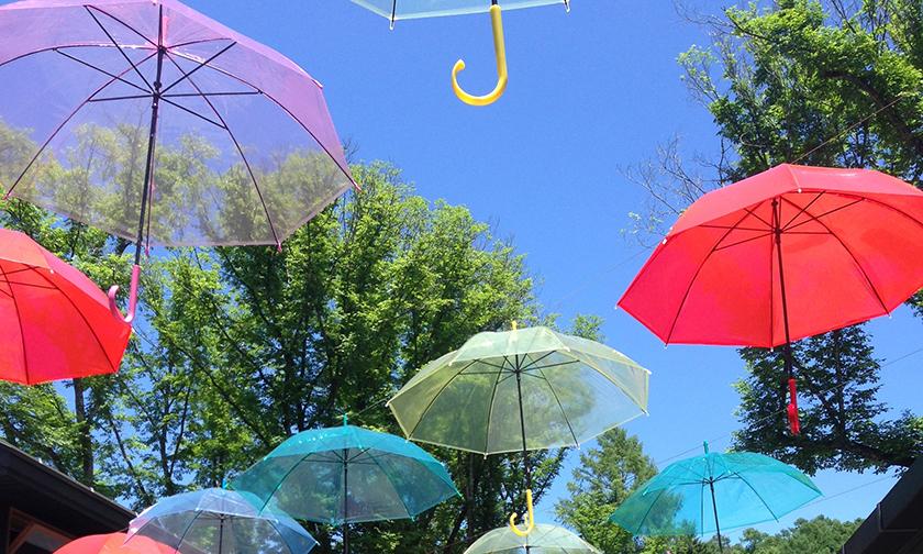 写真:雨でも外でくつろげる「傘のパティオ」
