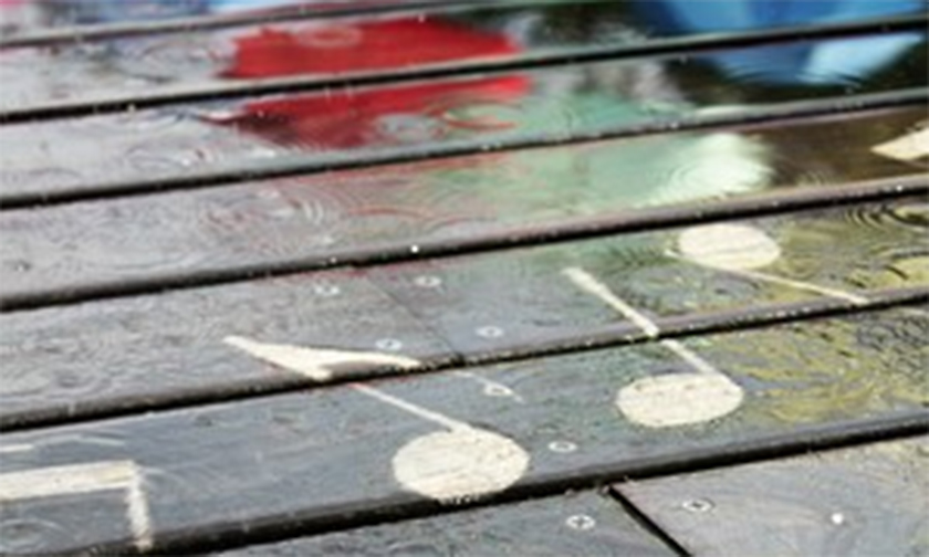 写真:雨の日だけ模様が浮かび上がる「レイニーキャンバス」